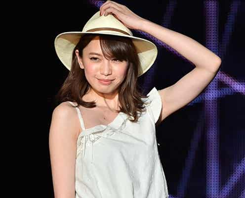 宮田聡子、肩出しオールホワイトコーデで素肌輝く 夏先取り涼しげスタイル披露