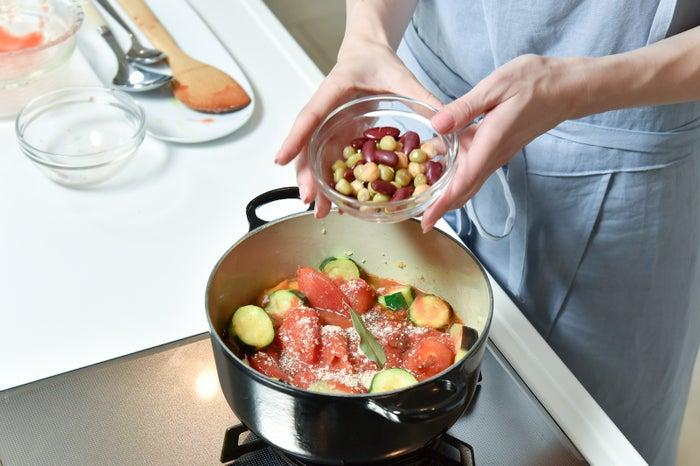 旬の野菜を使い、お鍋の中は彩り鮮やかに/谷川りさこ