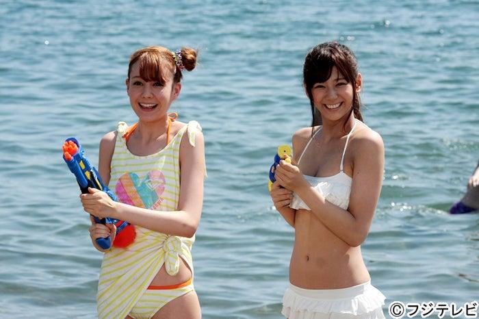 水着姿を披露した西内まりや(右)、トリンドル玲奈(左)/ドラマ「山田くんと7人の魔女」第5話より