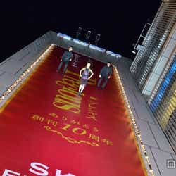 日本初の空中ファッションショー「Precious SKY FASHION SHOW feat.GUCCI」で、上空からウォーキングするパフォーマー