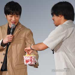 瑠東東一郎監督(右)にポップコーンをわけてあげる田中圭(左)/(C)モデルプレス