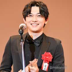 吉沢亮、喜びで満面の笑み (C)モデルプレス