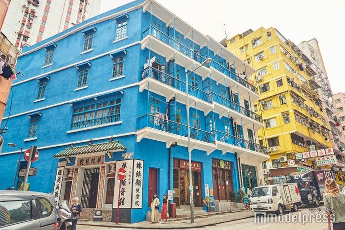 香港では珍しいバルコニーつき建造物の「藍屋」/近年、修繕と壁の色を塗り直し、より鮮やかに生まれ変わりました<br>  (C)モデルプレス