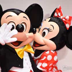 ミッキーマウスにキスするミニーマウス (C)モデルプレス