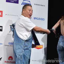 長谷川京子の美背中をカメラマンに示す出川哲朗 (C)モデルプレス
