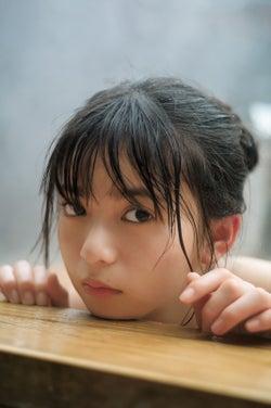 乃木坂46齋藤飛鳥、温泉ショットでつるつる美肌際立つ