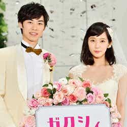 『ゼクシィ』の新CMに出演する(左から)戸塚純貴、吉岡里帆(C)モデルプレス