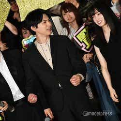 キャノン砲の音に驚いたことをジェスチャー付きで橋本環奈(右)に訴える吉沢亮(中央) (C)モデルプレス