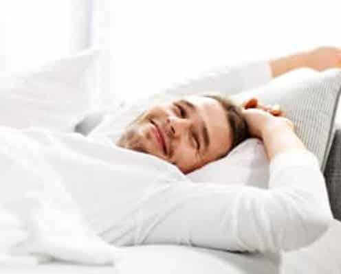 """""""6時間睡眠""""って間違ってる…!? 医師が教えるベストな睡眠時間とは?「目覚ましを…」"""