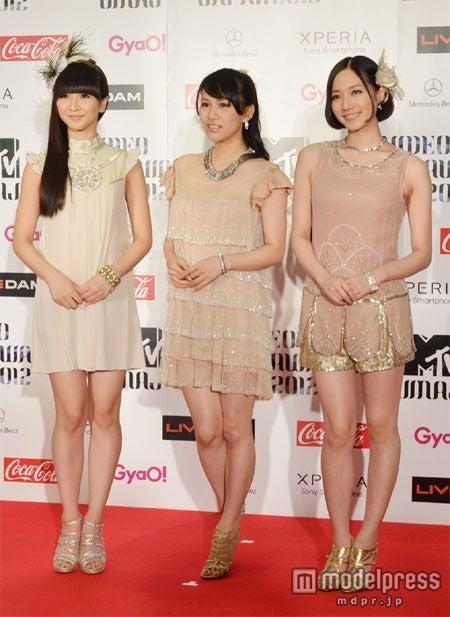 徹子から美脚を絶賛されたPerfume(左から:かしゆか、あ~ちゃん、のっち)