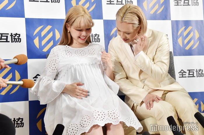 ぺこ&りゅうちぇる(産休前最後のイベント参加となった2018年5月撮影)(C)モデルプレス