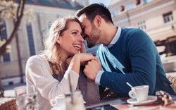 男性が好意を抱き始めた女性にとる態度