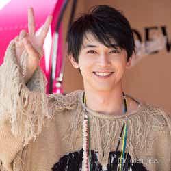 ピースサインを決めて笑顔を見せる吉沢亮(C)モデルプレス