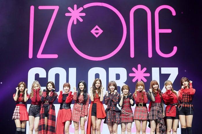 <IZ*ONE(あいずわん)プロフィール>AKB48グループと韓国の人気オーディション番組「PRODUCE101」がタッグを組んだ「PRODUCE48」より誕生した12人組ガールズグループ。日本からは、HKT48宮脇咲良と矢吹奈子、AKB48本田仁美がメンバー入り。活動期間は今後約2年6ヶ月間。10月29日にデビューアルバム「COLOR*IZ」をリリースし、国内外の各種チャートで新人としては異例の記録を打ち立て続けている。/IZ*ONE(C)OFF THE RECORD
