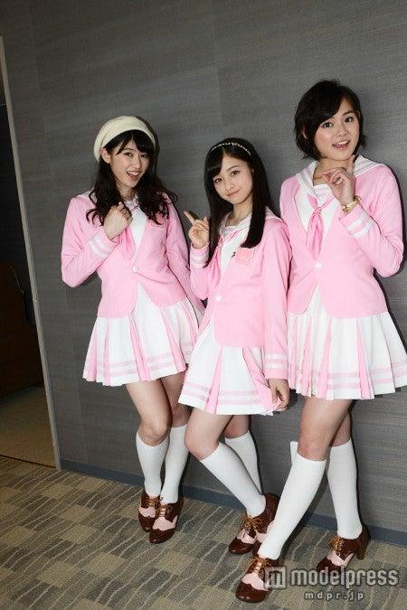 春らしいピンクの制服姿で美脚を披露した3人
