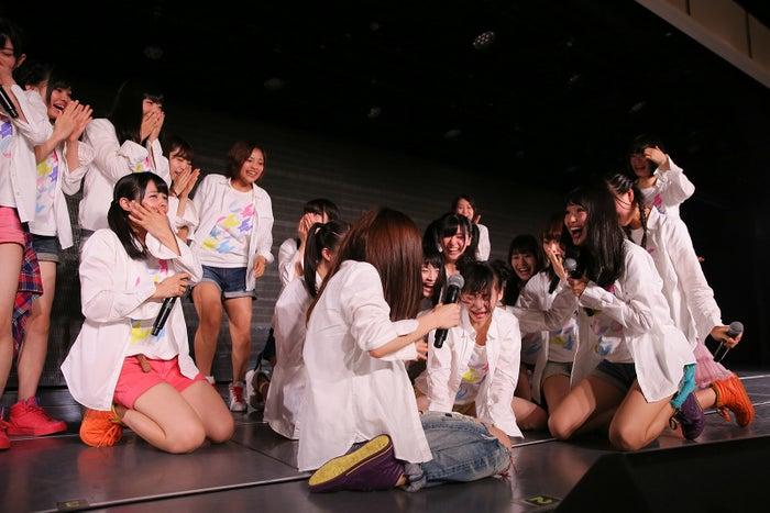 中央が荻野由佳/1位発表の結果に驚くNGT48劇場の様子(C)AKS