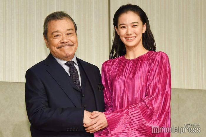 「第42回日本アカデミー賞」で司会を務める西田敏行と蒼井優(C)モデルプレス