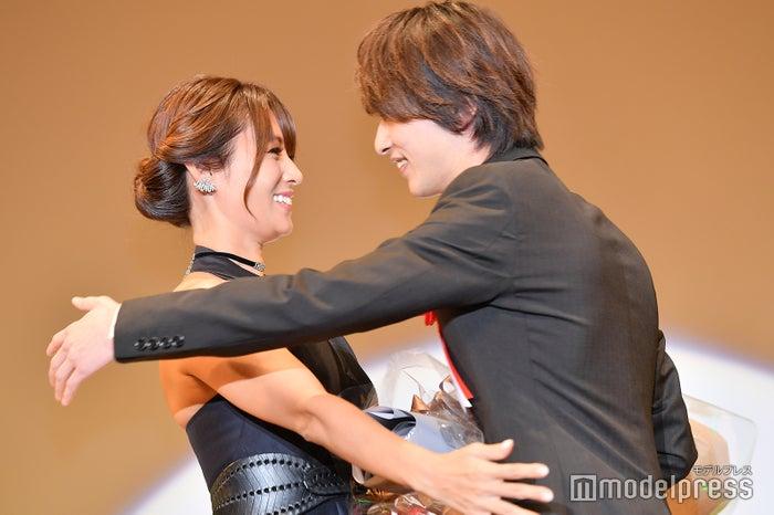 横浜流星、深田恭子と再会でハグ(C)モデルプレス