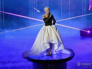 リタ・オラ、アカデミー賞でパワフルな歌声披露 レッドカーペットドレスもチェック