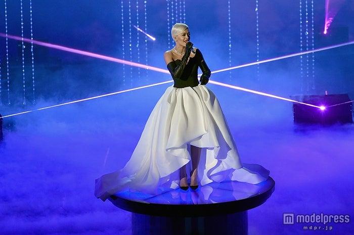 「第87回アカデミー賞」授賞式でパフォーマンスを行うリタ・オラ/photo:Getty Images【モデルプレス】