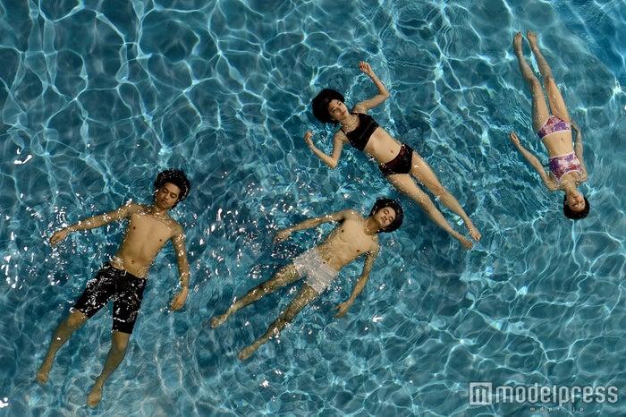 水面に浮かぶ4人(左から)斎藤工、池松壮亮、成海璃子、遠藤新菜(C)2015 「無伴奏」製作委員会
