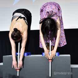 土屋太鳳(右)、柔軟対決。高いヒールで挑戦もこの記録。(C)モデルプレス