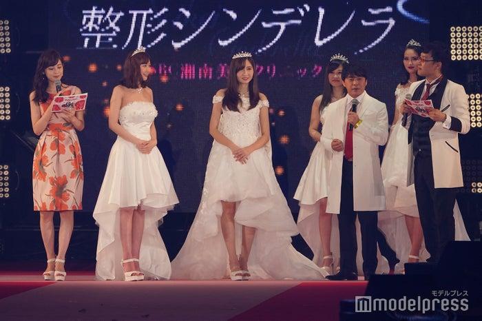 (左から)久慈暁子、赤井田未波さん、グエン・ホン・カム・カインさん、相川院長、山里亮太(C)モデルプレス