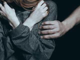 妻に先立たれた中年男 性のはけ口にした少女5名にHIV感染させ逮捕 配偶者を失い性的に満たされなくなった男が、少女らを性交の相手として利用。被害者の中には8歳の少女も…。