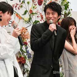 志田彩良の挨拶に「上手いこと言うね~」とタジタジな田中圭、そんな田中に爆笑する岡崎紗絵 (C)モデルプレス