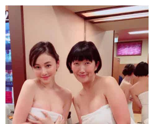 杉原杏璃&川村エミコ、バスタオル1枚で豊満バストがチラリ