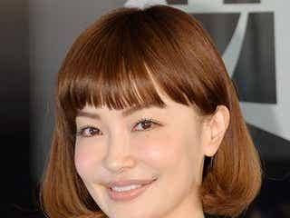 平子理沙、大胆ドレスで美バストチラリ 美貌キープの秘訣を明かす