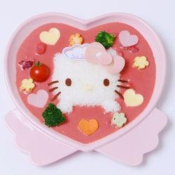 ハローキティが大阪のメイドカフェとコラボ、ラブリーなピンクカレーや萌えパフェなど6種