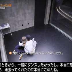 涙するジェイと慰めるケイ(C) AbemaTV, Inc.