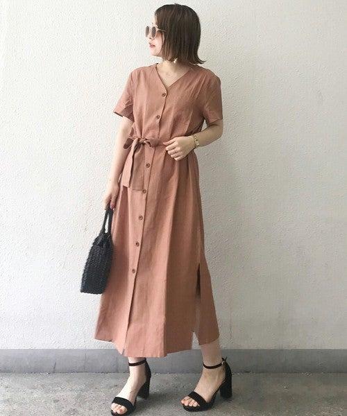 ピンクの前ボタンワンピースを着た女性