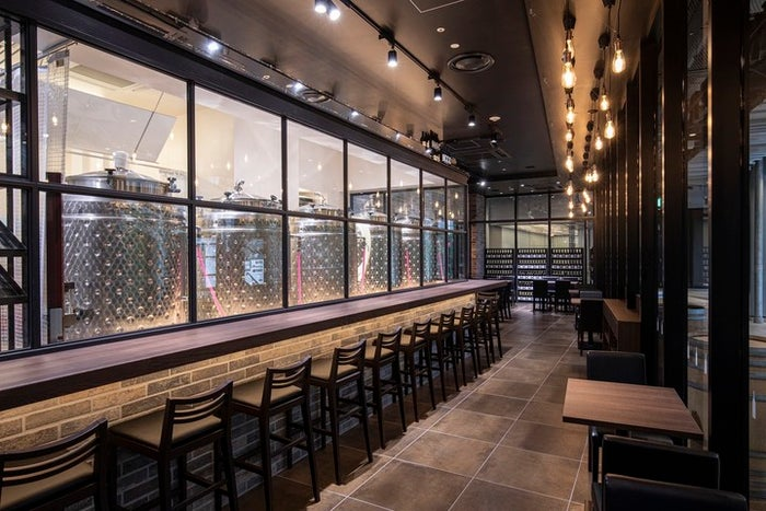 カウンター越しに見える醸造所/画像提供:スイミージャパン