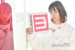 """ドヤ顔でモデルプレスのロゴを「Enjoy」頭文字の""""E""""に!(※でも逆)(C)モデルプレス"""