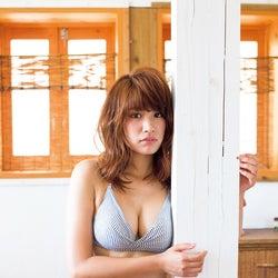 """久松郁実、""""戦闘服""""ビキニでふっくら美バスト披露"""