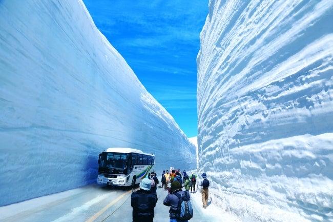 富山県の春の絶景ポイントとして世界的にも有名な「雪の大谷」/画像提供:富山県首都圏本部