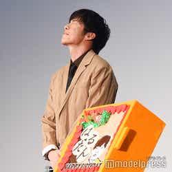 OL民からのバースデーソングを噛み締めながら聴く田中圭(C)モデルプレス