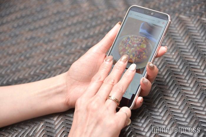 ディスプレイを3本の指でなぞって、簡単画面保存(C)モデルプレス