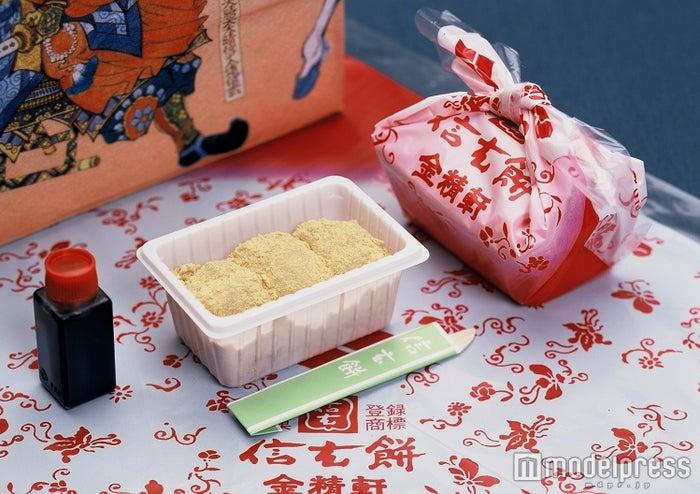 たっぷりのきなこと黒蜜をかけて味わう/画像提供:金精軒製菓