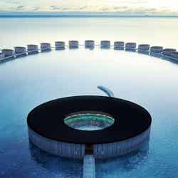 モルディブ初の「ザ・リッツ・カールトン」2021年春開業、海風イメージの美しい円形デザイン