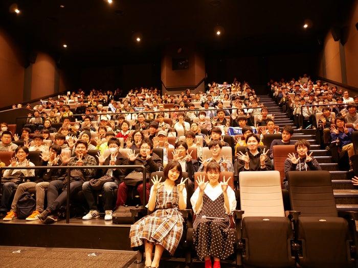 深川麻衣、志田彩良(C)2017映画「パンとバスと2度目のハツコイ」製作委員会