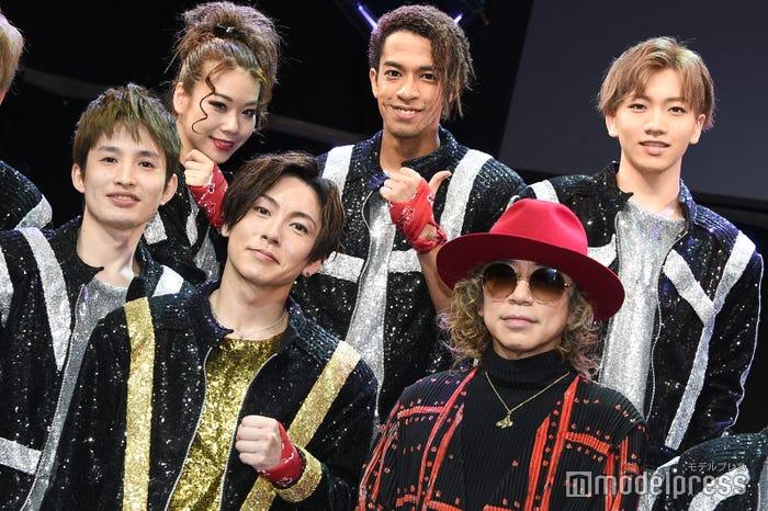 (前列左から)浜中文一、屋良朝幸、m.c.A・T氏(後列左から)suzuyaka、草間リチャード敬太、末武幸紘 (C)モデルプレス