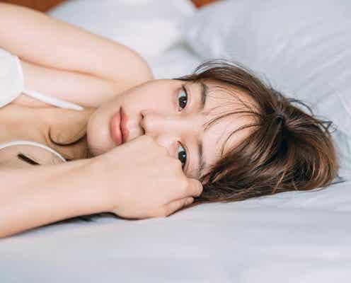 "NANAMI、ほぼすっぴんの""添い寝風""カット公開"
