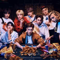 <Stray Kids (ストレイキッズ)プロフィール>サバイバル・オーディション番組「Stray Kids」を経て、2018年3月にミニアルバム「I am NOT」で韓国デビュー。メンバーはバンチャン、リノ、チャンビン、ヒョンジン、ハン、フィリックス、スンミン、アイエン。 リーダーのバンチャンと、チャンビン、ハンからなるユニット「3RACHA」を中心にメンバー自らすべての作詞・作曲・プロデュースに参加。デビュー以降は様々な新人賞を次々と獲得し、2019年に入り「新人賞 11冠」を達成した。2019年には、早くもアジア、オセアニア、アメリカ、ヨーロッパをまわるワールドツアー「UNVEIL TOUR 'I am...'」を敢行。世界で高い注目と大きな反響を集めている。今年3月18日にベストアルバム「SKZ2020」で日本デビューを果たした。