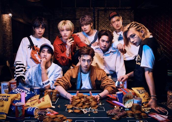 <Stray Kids (ストレイキッズ)プロフィール>サバイバル・オーディション番組「Stray Kids」を経て、2018年3月にミニアルバム「I am NOT」で韓国デビュー。メンバーはバンチャン、リノ、チャンビン、ヒョンジン、ハン、フィリックス、スンミン、アイエン。<br> リーダーのバンチャンと、チャンビン、ハンからなるユニット「3RACHA」を中心にメンバー自らすべての作詞・作曲・プロデュースに参加。デビュー以降は様々な新人賞を次々と獲得し、2019年に入り「新人賞 11冠」を達成した。2019年には、早くもアジア、オセアニア、アメリカ、ヨーロッパをまわるワールドツアー「UNVEIL TOUR 'I am...'」を敢行。世界で高い注目と大きな反響を集めている。今年3月18日にベストアルバム「SKZ2020」で日本デビューを果たした。<br>