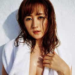 モデルプレス - 小松彩夏、美バストのぞくSEXYな姿で降臨