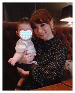 後藤の息子を抱く保田圭/保田圭オフィシャルブログ(Ameba)より