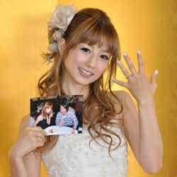 モデルプレス - 小倉優子、純白ミニドレスで結婚会見 「100%浮気されない」